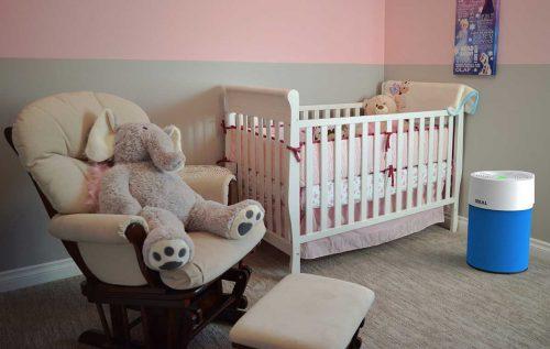 IDEAL Luftreiniger AP30 und AP40 PRO im Kinderzimmer mit Textilüberzug dunkelblau