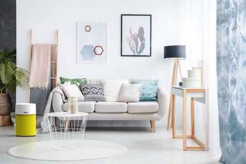 IDEAL Luftreiniger AP30 und AP40 PRO im Wohnzimmer mit Textilüberzug gelb