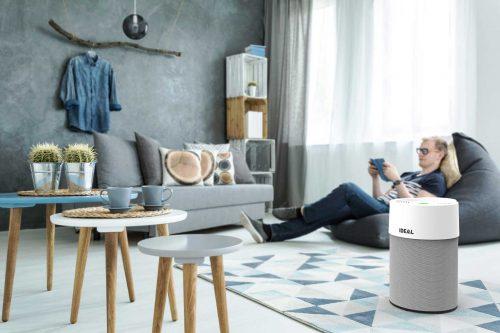 IDEAL Luftreiniger AP30 und AP40 PRO im Wohnzimmer mit Premium-Textilüberzug